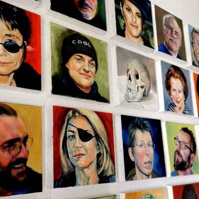 """David Baldwin """"Buntes Volk"""" - Portraits aus verschiedenen Jahren (Langzeitprojekt), Öl auf Leinwand, jeweils 30x30 cm"""