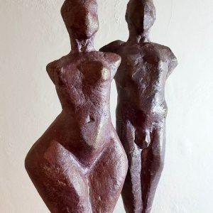 """Frank Linke: """"Karo-Dame & Karo-Bube"""", 2020, frostsicher gebrannter Ton patiniert, je ca. 45x15 cm, Gewicht ca. 4kg/Stck. nur als Paar, mit Sockel 890 €"""