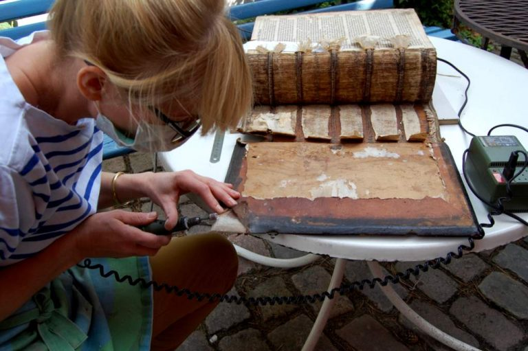 Julia Flögel - Restauration des Holzdeckels einer alten Bibel
