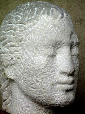 """Jutta Schölzel """"Kopf"""", 2015, Sandstein, 25x15x32 cm"""