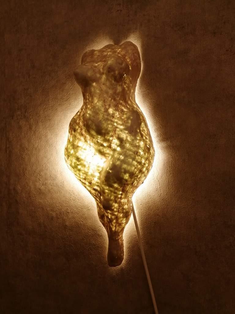 Frank Linke, Wandlichtskulptur 1, 2019, Polymer gebundener Mineralwerkstoff
