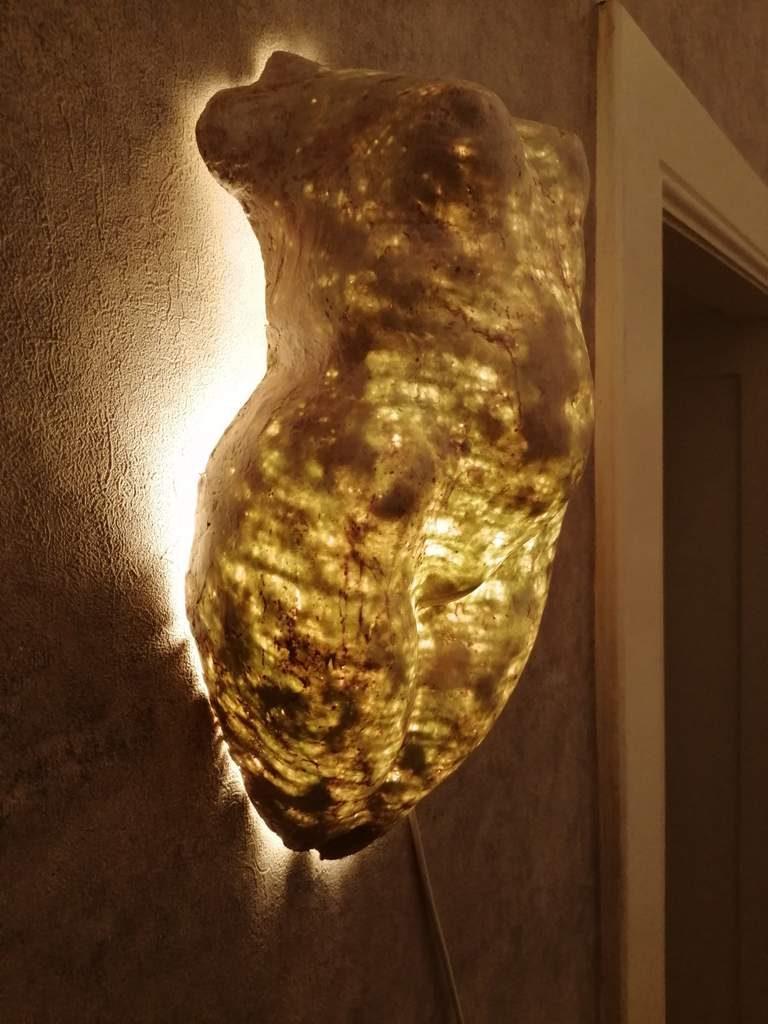 Frank Linke, Wandlichtskulptur 2, 2019, Polymer gebundener Mineralwerkstoff