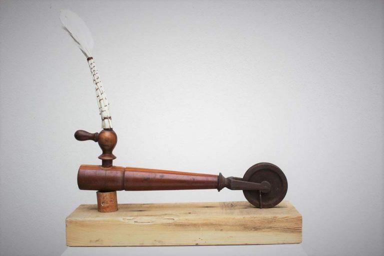 """Barbara Meinharth, """"Strandsegler"""", 2012, Zapfhahn, Kuchenpinsel, Metallrad, Keramikring, Rohrfragment, Holzsockel – bemalt, 32x9x30cm,"""