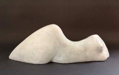 """Frank Linke, Skulptur """"Liegende 2"""", 2020, Abguss Alabastergips patiniert, Länge: 25 cm"""