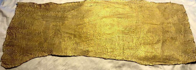 "Matthias Eule ""Labyrinthe I"" (2020) | Malerei auf Maulbeerbaumrinde Goldbronze, Sonnengold | 82x31cm"