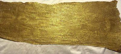 "Matthias Eule ""Labyrinth II"" (2020) | Malerei auf Maulbeerbaumrinde, Goldbronze Sonnengold | 92x36 cm"